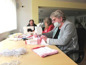 Elke Falck, Heike Warthun und Heiko Schneider nähen Mund-Nase-Masken.