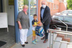 Annegret Bemmann, Vorsitzende Haus der Begegnung e.V. und Uwe Kunik, Vorsitzender Stiftung Horizonte mit einem stolzen Schulanfänger